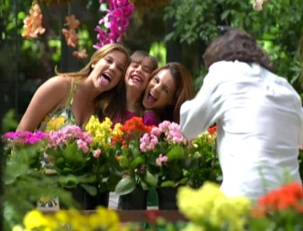 Renato fotografa Alice com as irmãs, Sofia e Bárbara