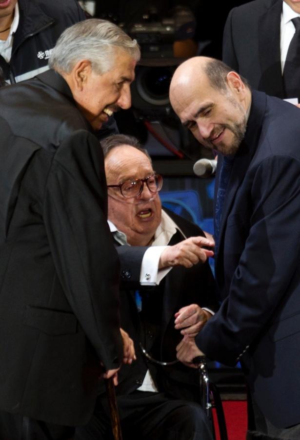 Roberto Bolaños (centro), acompanhado de Rubén Aguirre (Professor Jirafales) e Edgar Vivár (Seu Barriga) durante homenagem na Cidade do México (29/2/2012)