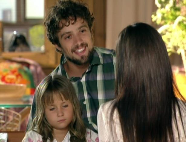 Rodrigo leva Julia e Manu para casa