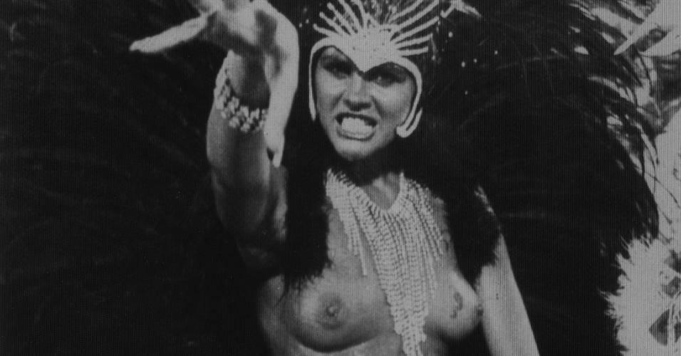 A rainha de bateria Monique Evans durante desfile da escola de samba da Mocidade Independente de Padre Miguel (9/2/86)