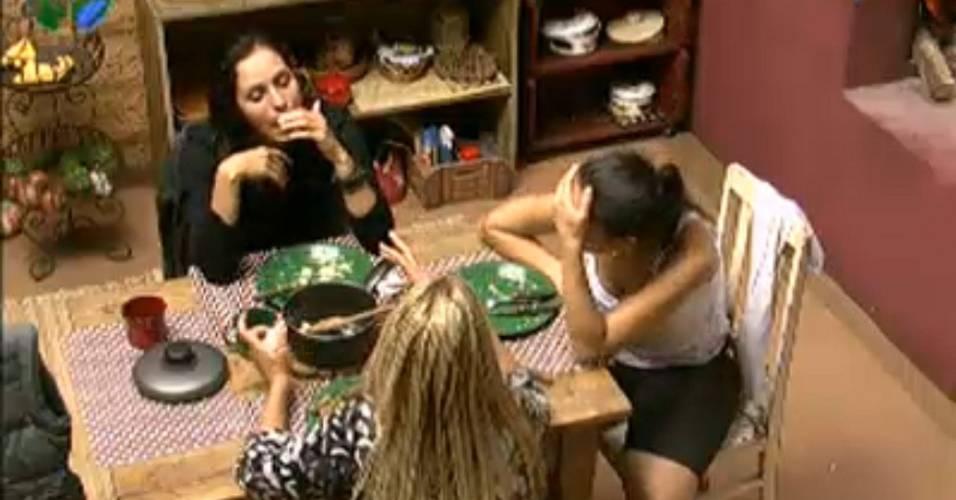 Peoas da Casa da Roça conversam durante o almoço (21/07/2011)