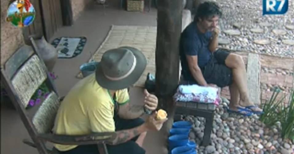 Gui Pádua e João Kléber conversam e chupam laranja (26/7/2011)