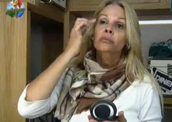 Monique Evans tenta esconder as olheiras com bastante maquiagem, na manhã desta sexta-feira (29/7/11)