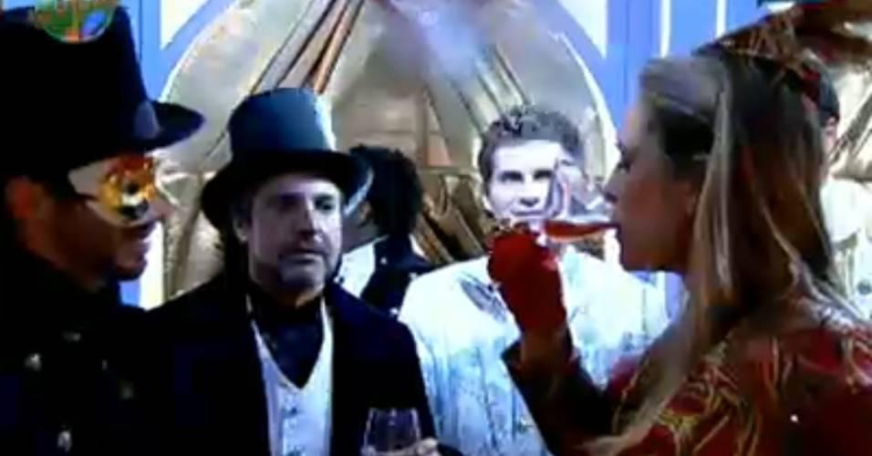 Joana Machado vira um copo de bebida (29/7/11)