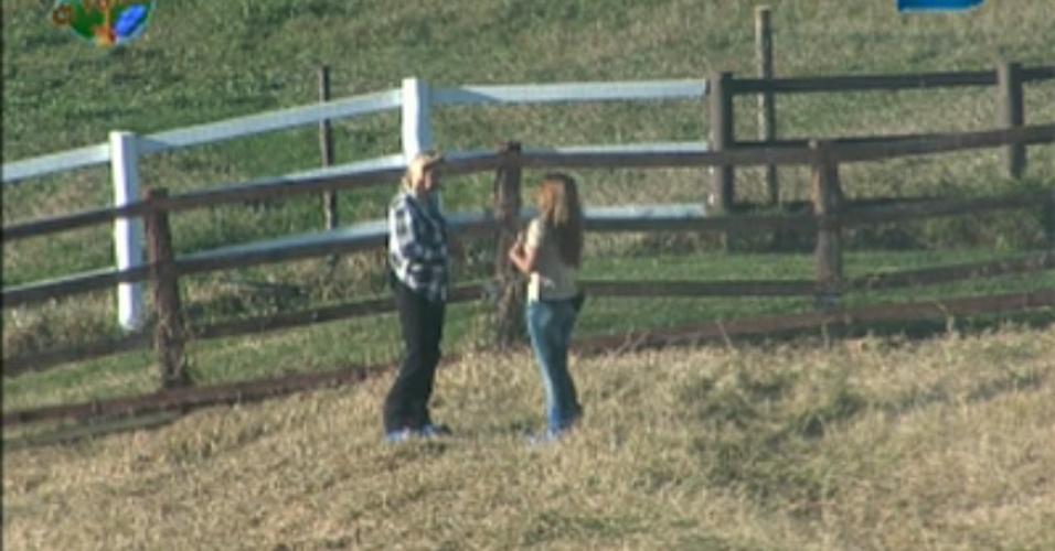 Monique Evans e Raquel Pacheco conversam no pasto (04/8/2011)