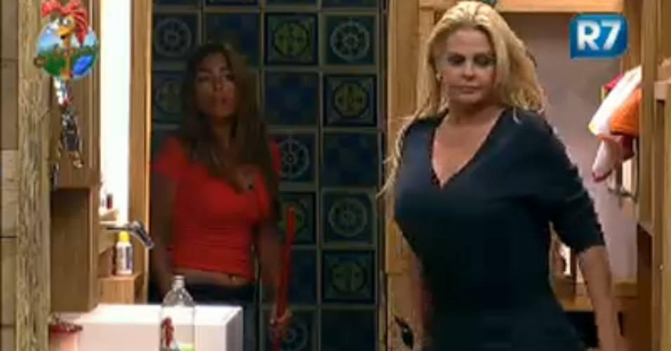 Aconselhada por Raquel Pacheco, Monique Evans vai tirar satisfações com João Kléber (05/8/2011)