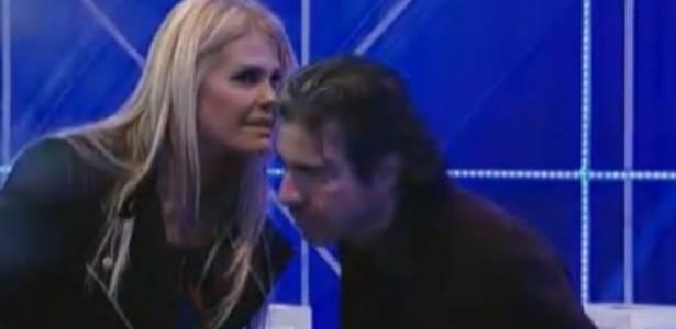 Monique Evans conversa com João Kléber durante a festa (05/08/11)