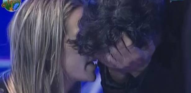 Joana Machado consola João Kléber durante ataque de choro (05/08/11)