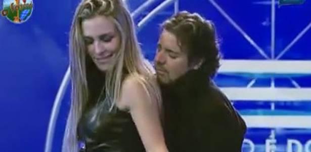 João Kléber e Joana Machado dançam na festa (05/08/11)