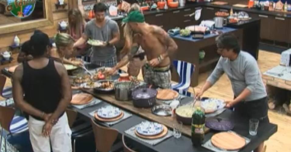 Peões almoçam na tarde desta sexta-feira (12/8/11)