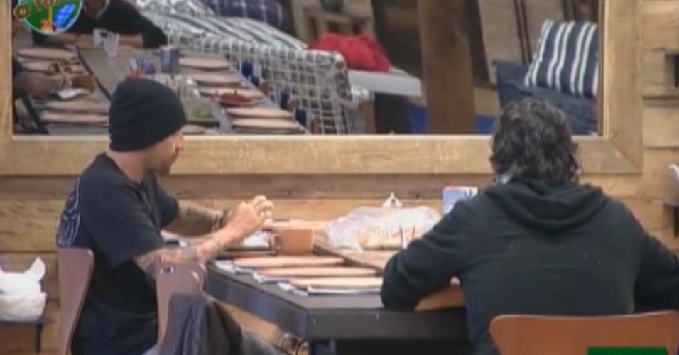 Gui Pádua e João Kléber conversam durante o café da manhã (14/8/11)