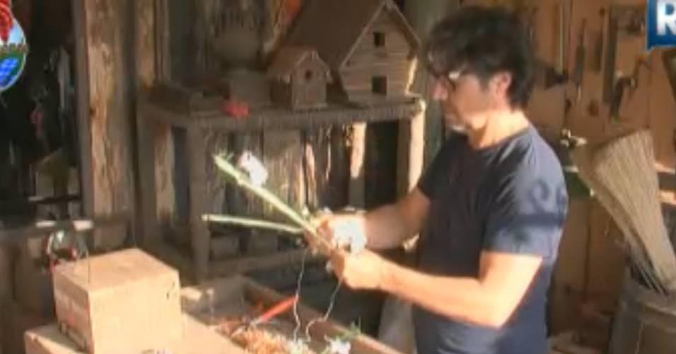 João Kléber faz arranjo de flores para Joana Machado (18/8/2011)
