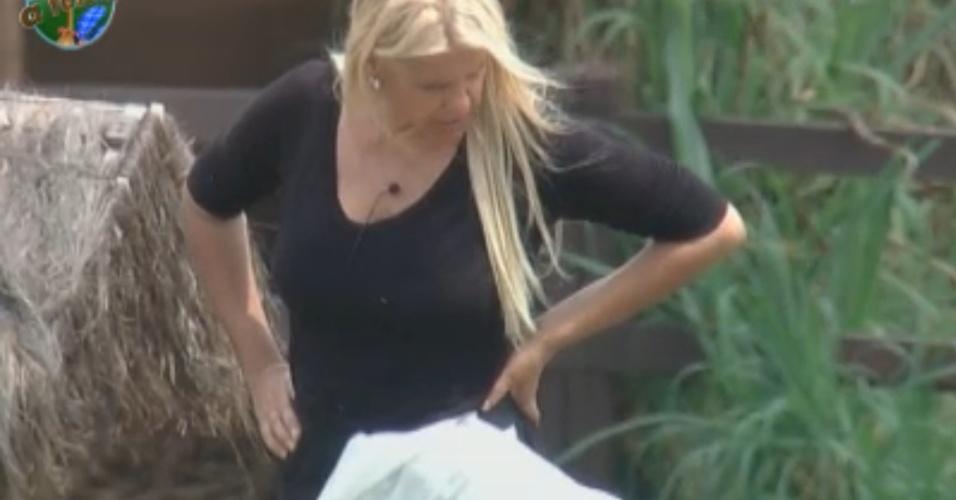 Enquanto cuida dos animais, Monique relembra aparencia dos ex-peões (11/10/11)
