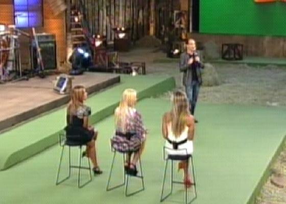 Britto Jr. diante de Raquel, Monique e Joana no último dia da Fazenda 4, um programa que pecou pela previsibilidade da edição
