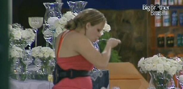 Insone, Paula aproveita que todos dormem para atacar o buffet da Festa do Muro (12/01/2011)