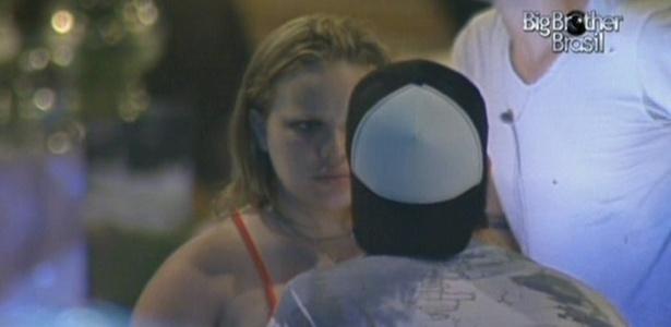 Paula confessa para Igor que não gosta do modelo Rodrigão (12/01/2011)