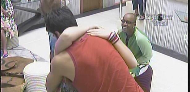 Paula recebe abraço de Rodrigão (14/01/11)