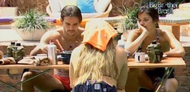 Rodrigo, Talula falam do tamanho do bumbum da Paula (de costas), durante almoço (14/1/11)