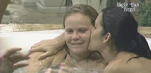 A aniversariante Paula ganha beijo da colega Talula na banheira do confinamento (13/01/11)
