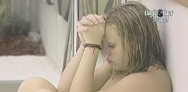 Enquanto 'brothers' almoçam na cozinha, Paula se isola no mezanino da casa principal (19/01/11)