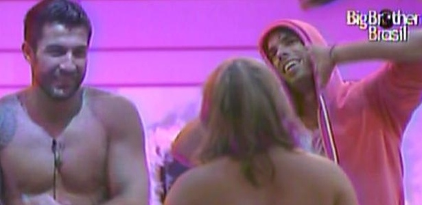 Apenas Cristiano, Paula e Mauricio continuam curtindo a Festa Pink (20/1/11)