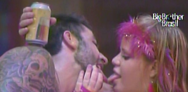 Já muito bêbados, Cristiano e Paula dão beijinho carinhoso na madrugada desta quinta (20/1/11)