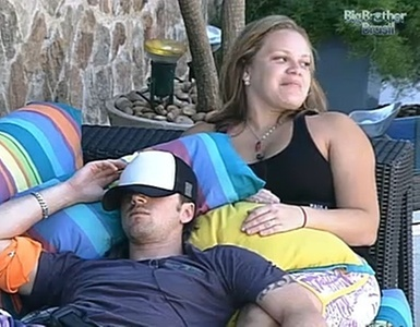 Com Igor deitado em seu colo, Paula ri após dizer que teria agarrado Cristiano em noite que dormiram juntos (21/01/11)