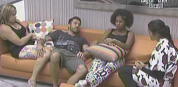 De volta na casa, Cristiano, Paula e Janaína contam para Talula a estratégia que seu grupo utilizou na prova (21/1/11)