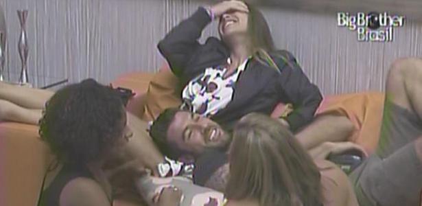 Janaína, Cristiano, Paula e Michelly caem na risada ao falar de sexo dentro da casa (21/1/11)