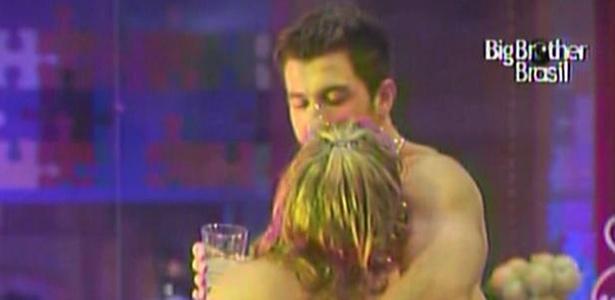 Cristiano e Paula ficam grudados durante festa pink (19/1/11)
