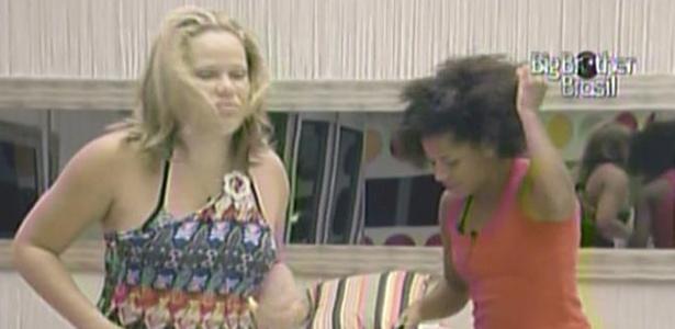 Janaina e Paula são as primeiras a acordar nesta segunda-feira (24/1/11)