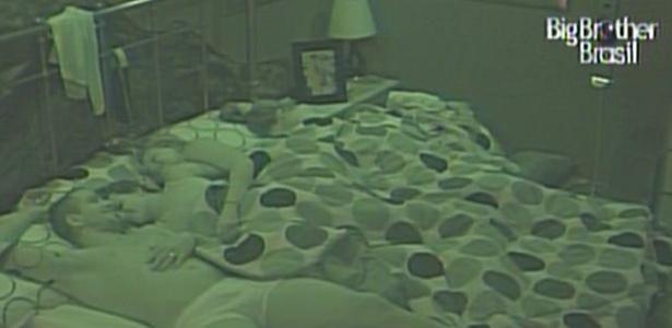 Diogo, Michelly e Paula dormem no quarto da líder Natalia (26/1/11)
