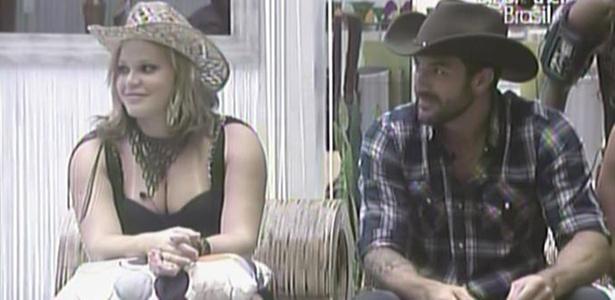 Na sala, Paula e Cristiano esperam início da Festa Country (26/01/11)