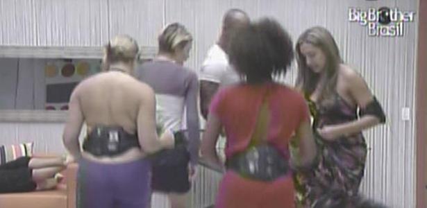 Paula, Diana, Lucival, Natalia e Janaína brincam de dança das cadeiras na sala (26/01/11)