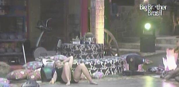 Bêbada, Paula canta sozinha deitada na pista de dança da Festa Country (27/1/11)