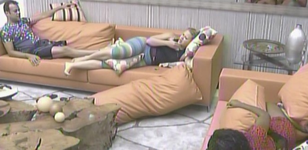 Paula, Daniel e Janaína fogem do calor e conversam sobre a Festa Country no interior da casa (27/1/11)