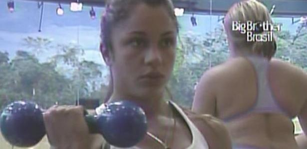 Maria exercita o braço na academia da casa. Já Paulinha prefere caminhar na esteira (28/01/11)