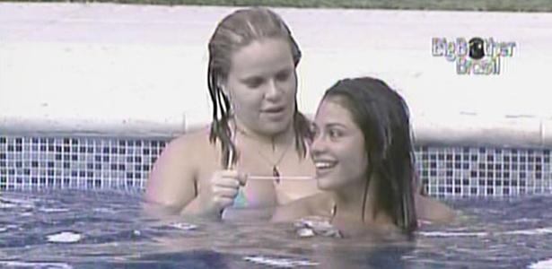 Paulinha ajuda Maria a recolocar biquíni após as duas tirarem parte de cima dentro da piscina (31/01/11)