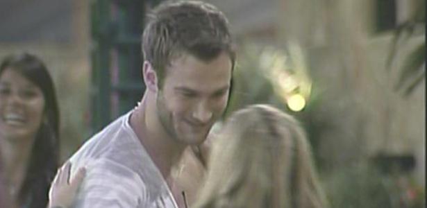 Paulinha diz a Wesley que ficou muito feliz ao conhecê-lo (30/01/11)