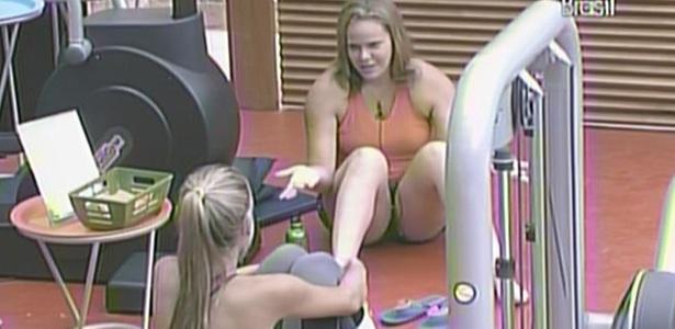 Paula conta para Adriana que os 'brothers' estão desconfiados dela e de Weslwy (1/2/11)