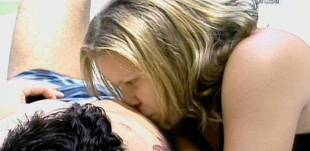 Paulinha beija abdômen de Cristiano durante banho de sol do 'brother' (02/02/11)