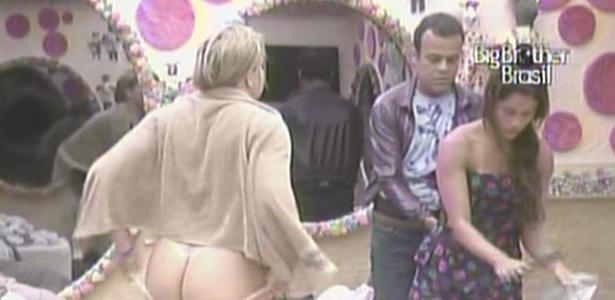 Paulinha não se preocupa com as câmeras na hora de se vestir para festa desta quarta (02/02/11)