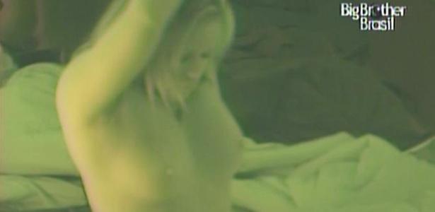 Desinibida, Paula troca de roupa em frente as câmeras (2/2/11)