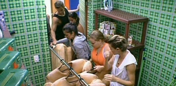 Participantes do BBB11 veem roupas que terão que usar na prova do líder desta quinta (3/02/11)