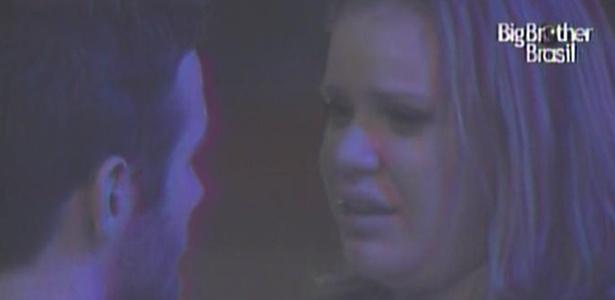 Paula chora ao dizer para Wesley que não tem intenção de votar no novo 'brother'.