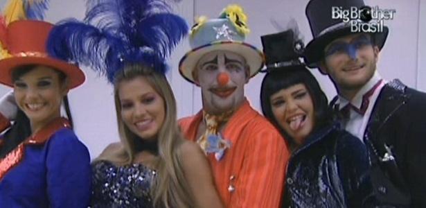 Talula, Adriana, Diogo, Paulinha e Wesley posam na frente do espelho da casa com figurino da festa circo (5/2/11)
