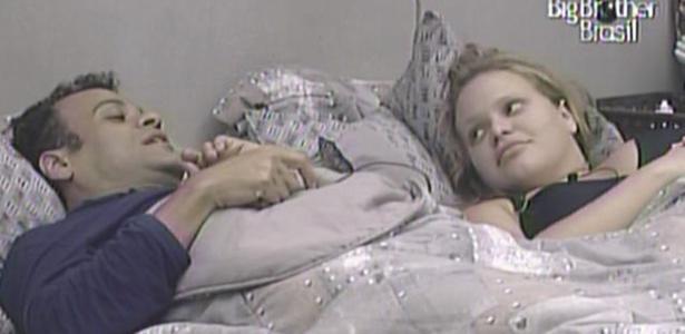 Daniel e Paula contam a Wesley que conheceram Pedro Bial no hotel.