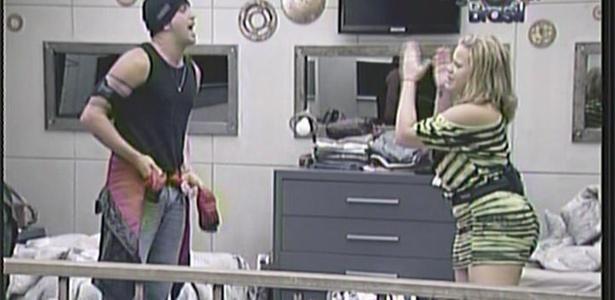 Diogo e Paulinha protagonizam bate-boca no quarto do lado B. O dançarino diz que Paula quer ser amiga de todo mundo e isso é falsidade (8/2/11)