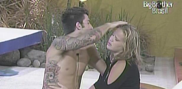 Paula chora quando Cristiano diz que sente que será eliminado nesta terça-feira (8/2/11)