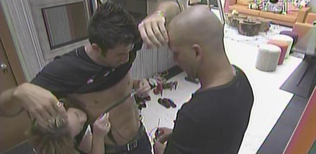 Paulinha e Diogo ajudam Cristiano a colocar medidor de batimentos cardíacos para a eliminação (8/2/11)